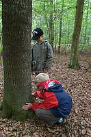 Junge fühlt Baum-Rinde, Waldspiel mit verbundenen Augen zum Kennenlernen von Rinde, Rindenspiel, Kinder im Wald, Kinder erleben die Natur im Wald, Walderlebnistag, Schulkinder bei einer Waldexkursion, Exkursion, Kinder sammeln im Wald Blätter, Äste, Zapfen, Früchte, Grundschulklasse, Schulklasse