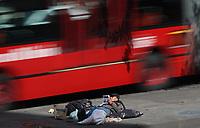 BOGOTA -COLOMBIA, 06-01-2018: Un habitante de calle  lee un diario en el separador de una de las avenidas de la capital./ A street dweller reads a local newspaper on the separator of one of the avenues of the capital. Photo: VizzorImage / Felipe Caicedo / Staff