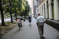 la città ideale progettata per gli operai della vicina acciaieria negli anni 50, un sognore passeggia con le mani in tasca