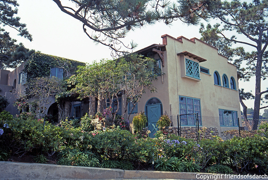Irving Gill: Wheeler J. Bailey Residence, La Jolla, 1907. 7964 Princess. The apartments and garages at left only added in 1932. Craftsman and International style. Photo 2000.