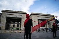 BOGOTA - COLOMBIA, 21-09-2020: Miles de personas salieron a las calles del centro de Bogotá, hoy, 21 de septiembre de 2020, para conmemorar el Día Internacional de La Paz y además protestar por la violencia desmedidad que se viven en Colombia. / Thousands of people took to the streets of the center of Bogotá, today, September 21, 2020, to commemorate the International Day of La Paz and also to protest against the excessive violence that is experienced in Colombia. Photo: VizzorImage / Johan Rugeles / Cont