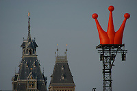 AMSTERDAM-HOLANDA- Vista de una corona naranja insignia de la Reina de Holanda./ View of a orange crown that is a Holland Queen logo.  Photo: VizzorImage/STR