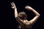 Myriam Gourfink / LOL..Corbeau Création en résidence....Le10 ostobre 2007 au CND....Avec l?aimable autorisation du Ballet de l?Opéra national de Paris....Avec Corbeau, Myriam Gourfink s?appuie pour la première fois sur la virtuosité de la danse classique, tout en poursuivant sa recherche sur l?extrême lenteur. Elle a choisi pour ce solo de travailler avec Gwenaëlle Vauthier, danseuse au Ballet de l?Opéra national de Paris.....«La chorégraphie reposera sur la capacité d?élévation des jambes de l?interprète, afin de rendre sensible un espace vertical rarement exploité par les danseurs contemporains. Une danse jouant sur le déploiement continu de ses quatre membres, admettant les 360° du cercle comme autant de possibles à aller ressentir. La plupart du temps la danseuse est en appui sur un pied, l?environnement dans lequel le reste de son corps est amené à se prolonger est l?air. Ainsi j?imagine ses extrémités comme les antennes de ses sens qui cherchent à appréhender ce qui les entoure. Le paysage musical de Corbeau est un débordement d'ondes sonores, un univers plein, immense, gonflé à bloc pendant trente minutes, dans lequel la danseuse pourra ciseler ses lignes, sculpter l?espace.» Myriam Gourfink....Interprété par Gwenaëlle Vauthier, du Ballet de l?Opéra national de Paris...Kasper T.Toeplitz (musique live).