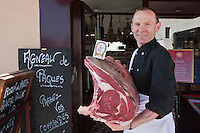 Europe/France/Aquitaine/33/Gironde/Médoc/Pauillac: <br /> Yves Bruneau  boucher avec sa vainde de boeuf de Bazas, Boucherie de Bages au Hameau de Bages [Non destiné à un usage publicitaire - Not intended for an advertising use]