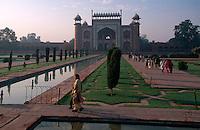 Eingangsgebäude vom Taj Mahal, erbaut ab 1631 von Shah Jahan fuer seine Frau Mumtaz Mahal,  in Agra (Uttar Pradesh), Indien,  Unesco-Weltkulturerbe