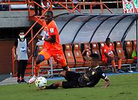 ENVIGADO - COLOMBIA, 18–10-2021: Jhon Duran de Envigado F. C. y Jhon Miranda de Aguilas Doradas Rionegro disputan el balon durante partido entre Envigado F. C. y Aguilas Doradas Rionegro de la fecha 14 por la Liga BetPlay DIMAYOR II 2021 en el estadio Polideportivo Sur de la ciudad de Envigado. / Jhon Duran of Envigado F. C. and Jhon Miranda of Aguila Doradas Rionegro during a match between Envigado F. C. and Aguilas Doradas Rionegro of the 14th date for the BetPlay DIMAYOR II League 2021 at the Polideportivo Sur stadium in Envigado city. / Photo: VizzorImage / Andres Alvarez / Cont.