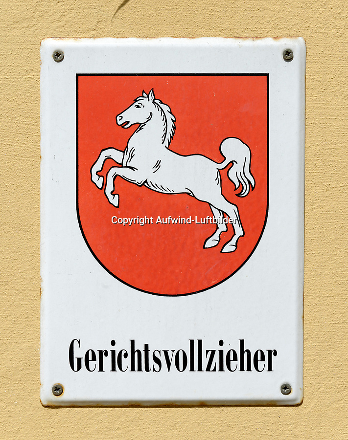 Schild Gerichtsvollzieher Niedersachsen: EUROPA, DEUTSCHLAND, NIEDERSACHSEN, WINSEN/ LUHE (EUROPE, GERMANY), 03.06.2013: Schild Gerichtsvollzieher Niedersachsen
