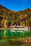 Italien, Suedtirol (Trentino - Alto Adige), Dolomiten, bei Toblach, Toblacher See im Hoehlensteintal mit Restaurant Seeschupfe | Italy, South Tyrol  (Trentino - Alto Adige), Dolomites, near Dobbiaco, (Lago di Dobbiaco) Lake Dobbiaco at Valle di Landro with restaurant 'Seeschupfe'