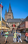 Deutschland, Nordrhein-Westfalen, Xanten: am Markt mit ehemaliger Stiftskirche St. Viktor (Xantener Dom) im Hintergrund | Germany, Northrhine-Westphalia, Xanten: at market square with Xanten cathedral at background