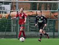 Dames Zulte - Waregem - RSC Anderlecht : Taika De Koker aan de bal voor Tessa Wullaert.foto DAVID CATRY / VROUWENTEAM.BE