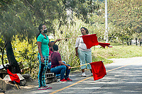 MEDELLIN - COLOMBIA, 17-04-2020: Personas pidiendo ayuda alimentaria en las calles de los barrios populares de Medellín durante el día 25 de la cuarentena total en el territorio colombiano causada por la pandemia  del Coronavirus, COVID-19. / Peoeple ask for feed help in the streets of the popular neighborhoods of Medellin of during day 25 of total quarantine in Colombian territory caused by the Coronavirus pandemic, COVID-19. Photo: VizzorImage / Leon Monsalve / Cont