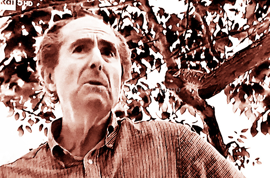 Philip Milton Roth was an American novelist and short-story writer. Roth's fiction, regularly set in his birthplace of Newark, New Jersey, is known for its intensely autobiographical character, for philosophically and formally blurring the. Connectitut, 18 luglio 2018. Photo by Leonardo Cendamo/Getty Images