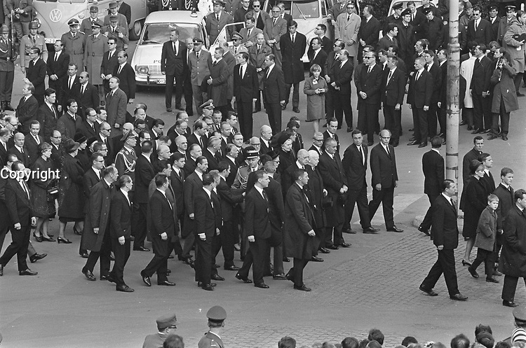 Funeral of  Konrad, Adenauer,April 25, 1967.<br /> <br />  in the procession, President Johnson, De Gaulle and Lubken in the first row on the right<br /> <br /> Photographer Koch, Eric / Anefo