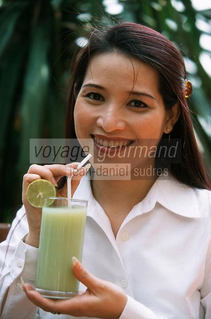 Thailande/Bangkok: Jeune thailandaise buvant un jus de Goyave et citron vert à l'Hotel Marriott