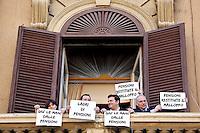 Deputati e Senatori vengono ricevuti al Ministero e si affacciano ad una finestra esponendo dei cartelli che dicono: Giu' le mani dalle pensioni, Ladri di pensioni. Silvana Comaroli, Matteo Salvini, Gian Marco Centinaio e Jonny Crosio<br /> Roma 11-05-2015 Matteo Salvini si reca al Ministero dell'Economia per chiedere la restituzione delle pensioni.<br /> Protest of Matteo Salvini to ask the restriction of the old age pensions.<br /> Photo Samantha Zucchi Insidefoto