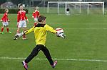 """Foto: VidiPhoto<br /> <br /> CUIJK - Spelertjes van de E-1 van JVC Cuijk spelen zaterdag gelijk in hun thuiswedstrijd. Het elftal figureert in het boek """"Gras Natuurlijk"""" dat binnenkort verschijnt."""