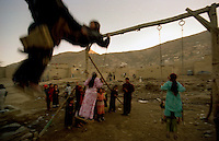 Kabul / Afghanistan.Bambini giocani tra le case di fango della periferia di Kabul..Foto Livio Senigalliesi..Kabul / Afghanistan.Everyday life in Kabul. .Photo Livio Senigalliesi