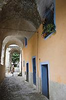 Europe/France/Provence-Alpes-Côtes d'Azur/06/Alpes-Maritimes/Alpes-Maritimes/Arrière Pays Niçois/Sospel: Maison et Arcades   de la place des Platanes