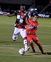 TUNJA-COLOMBIA, 29-01-2020: Jordy Monroy de Boyacá Chicó F. C., y Daniel Mantilla de Patriotas Boyacá F. C., disputan el balón durante partido entre Boyacá Chicó F. C. y Patriotas Boyacá F. C., de la fecha 2 por la Liga BetPlay DIMAYOR I 2020 en el estadio La Independencia en la ciudad de Tunja. / Jordy Monroy of Boyacá Chicó F. C., and Daniel Mantilla of Patriotas Boyacá F. C., figth the ball, during a match between Boyacá Chicó F. C. and Patriotas Boyacá F. C., of the 2nd date for the BetPlay DIMAYOR Leguaje I 2020 at La Independencia stadium in Tunja city. / Photo: VizzorImage / José Miguel Palencia / Cont.