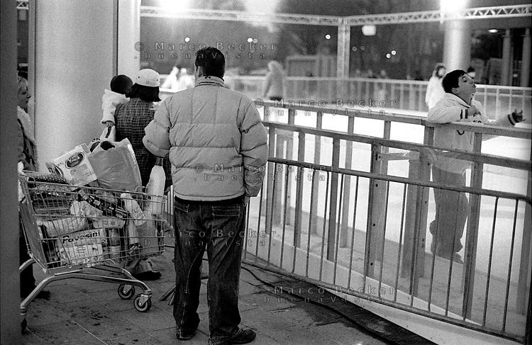 milano, quartiere portello. una pista di pattinaggio al centro commerciale --- milan, portello district. a skating rink at the shopping centre
