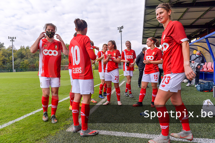 Players of Standard waiting before the game pictured during a female soccer game between Standard Femina de Liege and Dames SV Zulte Waregem on the fifth matchday of the 2020 - 2021 season of Belgian Scooore Womens Super League , saturday 17 th of October 2020  in Angleur , Belgium . PHOTO SPORTPIX.BE | SPP | STIJN AUDOOREN