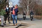 Foto: VidiPhoto<br /> <br /> ARNHEM – Even waren zaterdag alle problemen verdwenen als sneeuw voor de zon. Nederland ging massaal op pad. Natuurgebieden en de Hollandse dijken waren populair bij wandelaars, fietsers en motorrijders. Overal waren dezelfde geluiden te horen: deze vrijheid laten we ons niet meer afnemen. Voorlopig blijft het in ieder geval lente. Niet alleen in de natuur, maar vermoedelijk ook in het gedrag van de mensen. Foto: Drukte op de Posbank bij Rheden.