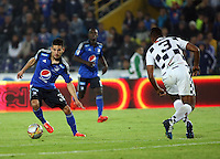 BOGOTA- COLOMBIA. 29-03-2015: Jonathan Agudelo (Izq) jugador de Millonarios disputa el balón con Pedro Tavima (Der) jugador de Boyacá Chicó FC durante partido por la fecha 12 de la Liga Águila I 2015 jugado en el estadio Nemesio Camacho El Campín de la ciudad de Bogotá./ Jonathan Agudelo (L) player of Millonarios fights for the ball with Pedro Tavima (R) player of Boyaca Chico FC during the match for the 12th date of the Aguila League I 2015 played at Nemesio Camacho El Campin stadium in Bogotá city . Photo: VizzorImage / Nestor Silva / Str