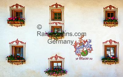 Italien, Suedtirol (Trentino - Alto Adige), Wengen: 2-Sterne Appartmenthotel 'Maierhof' von 1573 - Hausfassade mit Lueftlmalerei   Italy, South Tyrol (Trentino - Alto Adige), La Valle: 2-stars apartment-hotel 'Maierhof' built  1573 - facade with frescoes
