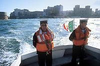 - Italian Navy, crew of a boat in the port of Taranto....- Marina militare italiana, equipaggio di una lancia nel porto di Taranto