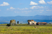 Santa Sabina= Santa Sarbana, frühromamische Kirche und  Nuraghe,  Nuraghenzeit, (2.JT. v.Chr.) Provinz Nuoro, West - Sardinien, Italien