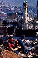 Mostar / Bosnia 1995.Primo dopoguerra a Mostar Est, la parte musulmana della città. Alcuni abitanti tra le rovine di alcune case distrutte durante la guerra che ha contrapposto croati e musulmani tra il 1992 e il 1995. .Foto Livio Senigalliesi..Mostar / BIH 1995.Mostar east in the post-war period. Civilians among the ruins of buildings destroyed during the war..Photo Livio Senigalliesi