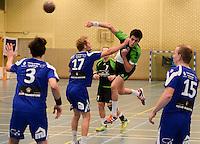 HBC Izegem -  Desselgemse Handbal : Michiel Beke (r) foutief gestuit door Senne Vantieghem (17) <br /> foto VDB / BART VANDENBROUCKE