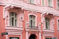 Europe/République Tchèque/Prague:  Quartier Juif - Détail  Atlantes Cubistes encadrant une fenêtre d'une maison rue Elisky Krasnohorske