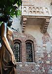 Italy, Veneto, Province Capital Verona: Casa di Giulietta - Juliet's House with the most famous balcony in history of literature | Italien, Venetien, Provinzhauptstadt Verona: Haus der Julia (Casa di Giulietta) mit dem beruehmtesten Balkon der Literaturgeschichte