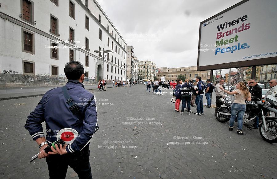 - NAPOLI 22 OTT 2014 - Dalle prime ore del mattino la polizia municipale ha vietato l'allestimento del mercatino di ambulanti in piazza Giovanni Leone, a  porta Capuana. Multati i furgoni per il trasporto delle merci, molti senza assicurazione.