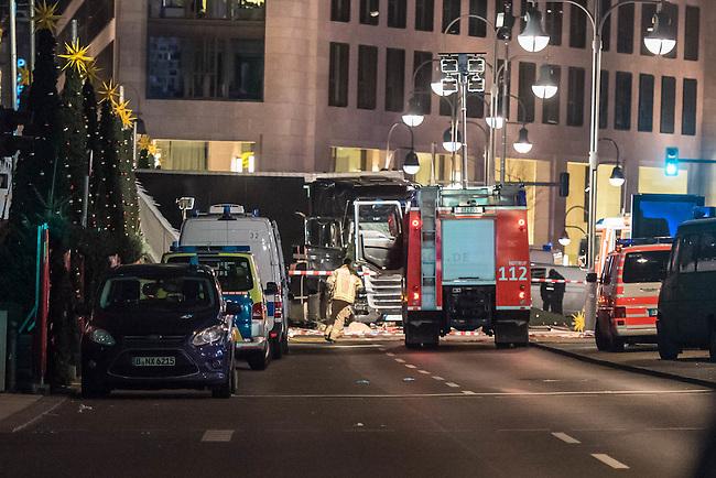 LKW rast in Berliner Weihnachtsmarkt.<br /> Am Abend des 19. Dezember 2016 fuhren Unbekannte mit einem LKW mit polnischen Kennzeichen in den Berliner Weihnachtsmarkt am Kurfuerstendamm und toeteten 12 Menschen, 48 wurden zum Teil schwer verletzt. Der Beifahrer wurde tot im Fuehrerhaus gefunden, der Fahrer fluechtete, wurde angeblich aber festgenommen. Ein Anschlag wird nicht ausgeschlossen, ermittelt wird jedoch in alle Richtungen.<br /> Im Bild: Ein Feuerwehrfahrzeug vor dem LKW.<br /> 19.12.2016, Berlin<br /> Copyright: Christian-Ditsch.de<br /> [Inhaltsveraendernde Manipulation des Fotos nur nach ausdruecklicher Genehmigung des Fotografen. Vereinbarungen ueber Abtretung von Persoenlichkeitsrechten/Model Release der abgebildeten Person/Personen liegen nicht vor. NO MODEL RELEASE! Nur fuer Redaktionelle Zwecke. Don't publish without copyright Christian-Ditsch.de, Veroeffentlichung nur mit Fotografennennung, sowie gegen Honorar, MwSt. und Beleg. Konto: I N G - D i B a, IBAN DE58500105175400192269, BIC INGDDEFFXXX, Kontakt: post@christian-ditsch.de<br /> Bei der Bearbeitung der Dateiinformationen darf die Urheberkennzeichnung in den EXIF- und  IPTC-Daten nicht entfernt werden, diese sind in digitalen Medien nach §95c UrhG rechtlich geschuetzt. Der Urhebervermerk wird gemaess §13 UrhG verlangt.]