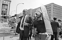 - Genova, la polizia scorta i visitatori che entrano alla Mostra Navale (fiera delle armi navali) per impedire contatti con i manifestanti pacifisti che protestano contro (Giugno 1986)<br /> <br /> - Genoa, the police escort visitors entering the MostraNavale (naval weapons fair) to prevent contact with pacifist demonstrators protesting again (June 1986)