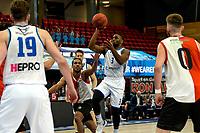 31-03-2021: Basketbal: Donar Groningen v ZZ Feyenoord: Groningen , Donar speler Jarred Ogungbemi-Jackson legt aan voor een schot Feyenoord speler Raidell de Pree is te laat