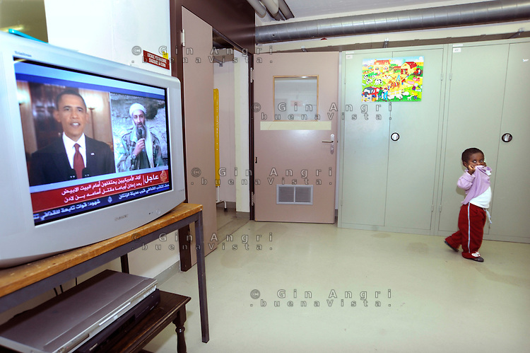bambino somalo nel centro per asilanti, richiedenti asilo politico,in un ex bunker a Biasca, Canton Ticino, Svizzera. Alla televisione di Al Jazeera Barack Obama