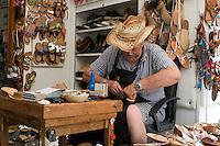 Italien, Capri, Schuhmacher Antonio Viva in Anacapri bei der Sandalen-Herstellung
