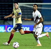 BARRANQUILLA – COLOMBIA, 09 –10-2020: James Rodriguez de Colombia (COL) y Yangel Herrera de Venezuela (VEN) disputan el balon durante partido entre los seleccionados de Colombia (COL) y Venezuela (VEN), de la fecha 1 por la clasificatoria a la Copa Mundo FIFA Catar 2022, jugado en el estadio Metropolitano Roberto Melendez en la ciudad de Barranquilla. / James Rodriguez of Colombia (COL) and Yangel Herrera of Venezuela (VEN) vie for the ball during match between the teams of Colombia (COL) and Venezuela (VEN), of the 1st date for the FIFA World Cup Qatar 2022 Qualifier,  played at Metropolitan stadium Roberto Melendez in Barranquilla city. Photo: VizzorImage / Julian Medina FCF  / Cont.
