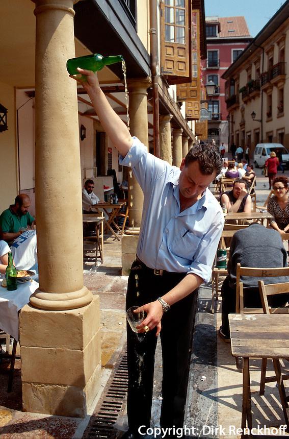 Oviedo, Einschenken von Apfelwein (Sidre), Asturien,  Spanien