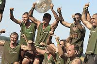 5. Matschfussball-Meisterschaft in Woellnau. Auf zwei gefluteten Aeckern wird alljaehrlich in Wöllnau (Woellnau) bei Eilenburg der Deutsche Matschfussball-Meister gesucht. Waehrend bei den Herren zehn Teams um die Schale kaempften, stritten bei den Damen vier Teams um die Ballnixe.  Ein feutfroehliches und dreckiges Spektakel, dass gut 1000 Besucher in die Duebener Heide gelockt hat. Am Ende durften bei den Herren das City Bootcamp jubeln. Sie verteidigten den Pott, bezwangen im Finale Battaune mit 3:2. Bei den Damen siegten die Volleyballerinnen aus Priestäblich (Priestaeblich).  im Bild:  So jubeln die Herren vom City Bootcamp.  Foto: Alexander Bley