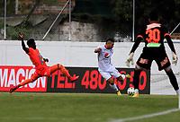 ENVIGADO - COLOMBIA, 01–08-2021: Carlos Ordoñez de Envigado F. C. y Carlos Sierra de America de Cali disputan el balon durante partido entre Envigado F. C. y America de Cali de la fecha 3 por la Liga BetPlay DIMAYOR II 2021, en el estadio Polideportivo Sur de la ciudad de Envigado. / Carlos Ordoñez of Envigado F. C. fights for the ball with Carlos Sierra of America de Cali, during a match between Envigado F. C. and America de Cali of the 3rd date for the BetPlay DIMAYOR II League 2021 at the Polideportivo Sur stadium in Envigado city. / Photo: VizzorImage / Juan A. Cardona / Cont.
