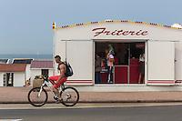 France, Pas-de-Calais (62), Côte d'Opale, Calais: Friterie sur le boulevard   de la  plage   //  France, Pas de Calais, Cote d'Opale (Opal Coast), Calais: Chip shop on the beach boulevard