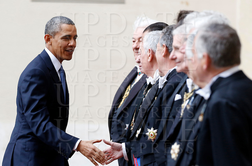 Il presidente degli Stati Uniti Barack Obama accolto dai Gentiluomini del Papa al suo arrivo in Vaticano, 27 marzo 2014.<br /> U.S. President Barack Obama is welcomed by Papal Gentlemen as he arrives to meet the Pope at the Vatican, 27 March 2014.<br /> UPDATE IMAGES PRESS/Riccardo De Luca<br /> <br /> STRICTLY ONLY FOR EDITORIAL USE