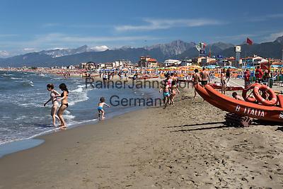 Italy, Tuscany, Viareggio: View along beach | Italien, Toskana, Viareggio: der Strand