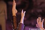 Modify de Thomas Hauert - Zoo production..création au Théâtre de la Ville de Paris le 1er février 2005....Concept et mise en scène : Thomas Hauert..Musique : Alfred Schnittke, Georg Friedrich Haendel, Aliocha Van der Avoort..Lumières : Jan van Gijsel..Image : Manon de Boer..Costumes : Laurent Edmond, Jeremy Dhennin....Avec : Thomas Hauert , Martin Kilvady , Mark Lorimer , Sara Ludi , Chrysa Parkinson , Ursula Robb