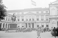Photo from the NIOD's Huizinga collection. Residents gather spontaneously in front of Noordeinde Palace after the liberation