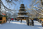 Deutschland, Bayern, Muenchen: Winter im Englischen Garten - Weihnachtsmarkt am Chinesischen Turm | Germany, Bavaria, Munich: winter at the English Garden - Christmas market at Chinese Tower